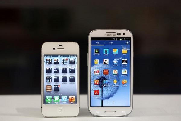 Mientras Samsung apuesta por dispositivos más grandes, Apple prefiere conservar su tamaño.
